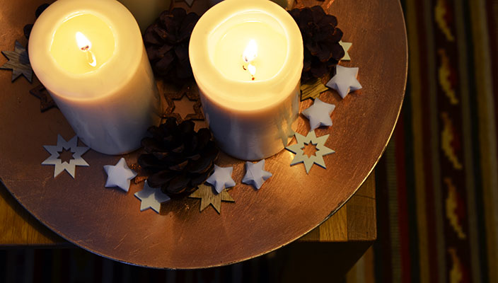 Wie Ihr super leicht weihnachtliche Sterne falten könnt, erfahrt Ihr auf dem Ernsting's family Blog: https://www.ernstings-family.de/blog/2015/12/sterne-falten/