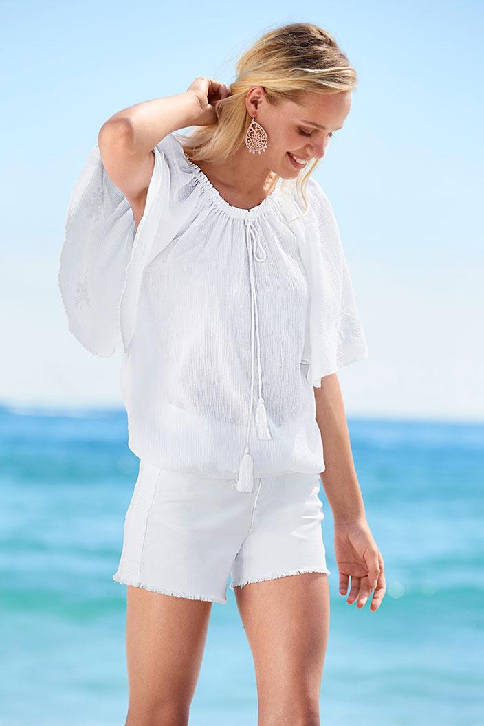 Weiß_die_Trendfarbe_für_den_Sommer-Bluse_und_Shorts