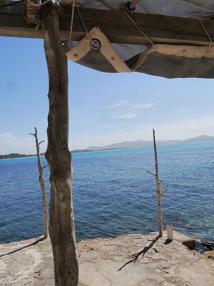 weißes_sommerkleid_mit_spitze_Ibiza-Meer