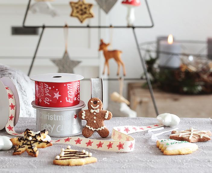 Weihnachtsbäckerei, Butter-Plätzchen, Plätzchen mit Butter, Butterplätzchen mit Zuckerguss, bunter Zuckerguss, Plätzchen als Dekohänger