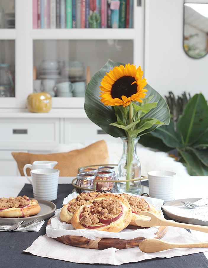 Rezept: Herbstliche Streusel-Taler mit Pudding, Äpfeln und Zwetschgen